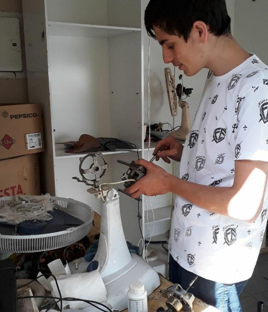 Cleber conserta ventiladores usados para aumentar sua coleção