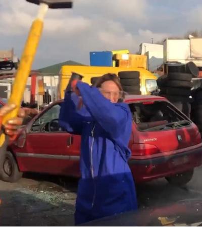 Terapia? Empresa oferece carro para clientes destruírem com marreta e desestressarem