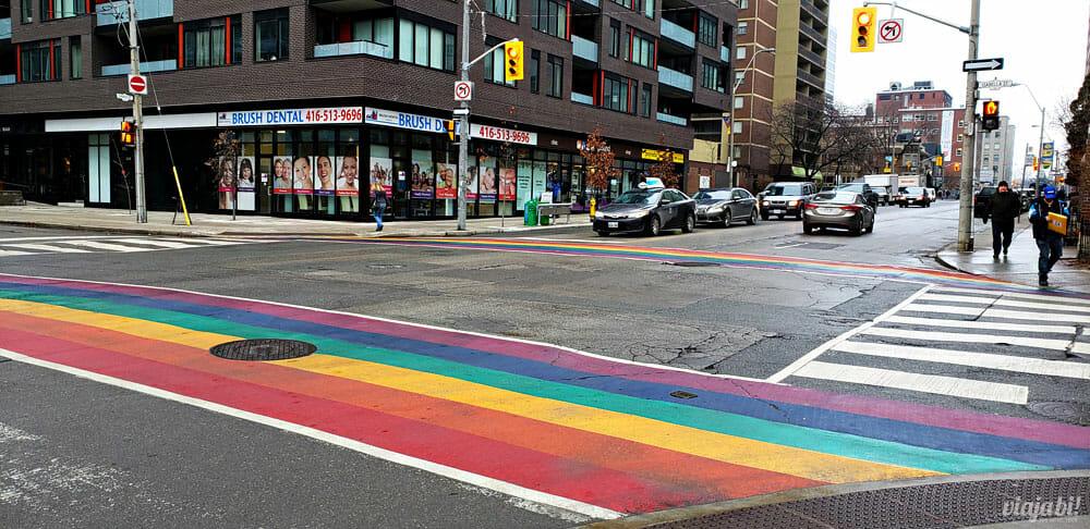 Faixa de pedestre colorida na Church Street, a rua gay de Toronto - Foto: Rafael Leick / Viaja Bi!