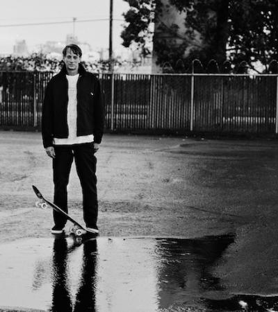 Skatista Tony Hawk é foco de fotógrafo consagrado em imagens PB