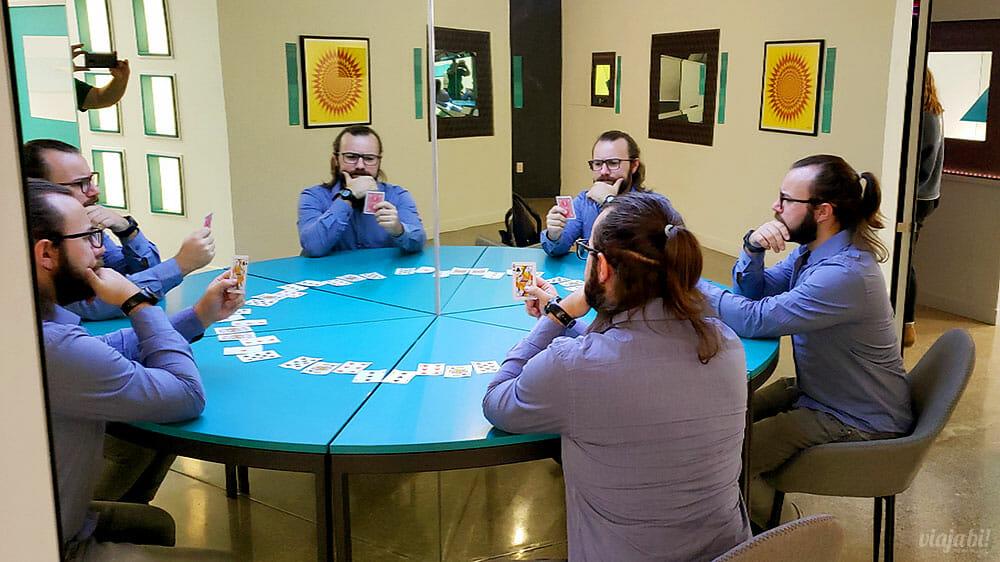 """A """"Clone Table"""" é uma das atrações do novo Museum of Illusions, em Toronto - Foto: Rafael Leick / Viaja Bi!"""