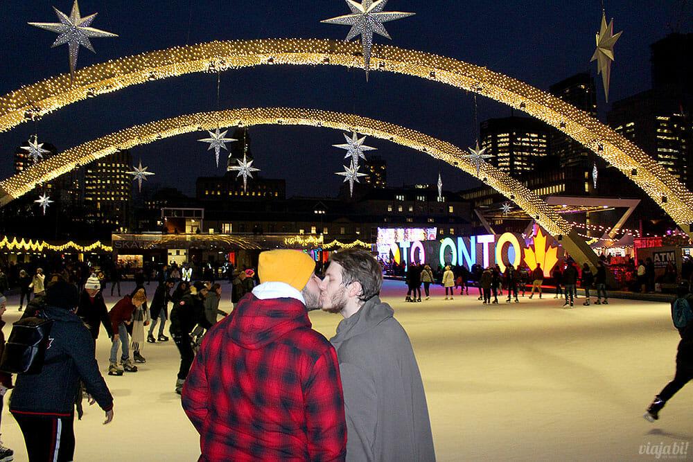 Casal gay se beija na Nathan Phillips Square, em Toronto - Foto: Rafael Leick / Viaja Bi!