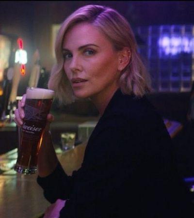 'Hold my beer': Charlize Theron apavora homens em bar em comercial da Budweiser