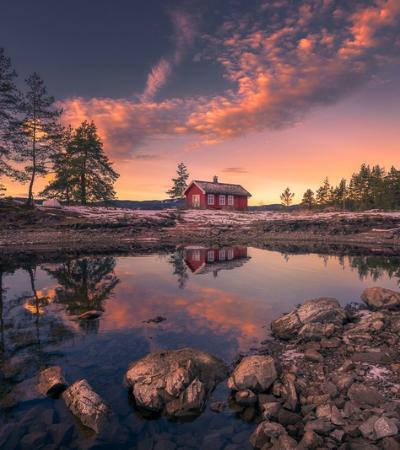 Durante 5 anos, fotógrafo capta a mesma casa vermelha em lago na Noruega