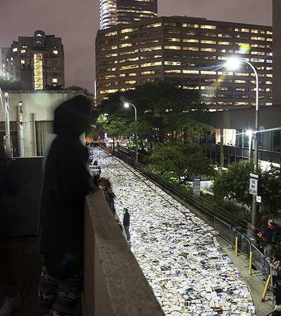 Um rio de 11 mil livros brilhantes fluiu pelas ruas desta cidade