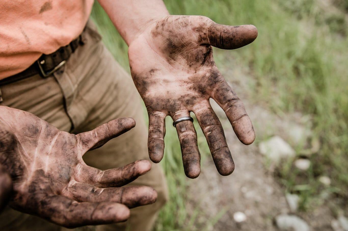 Mãos sujas de terra