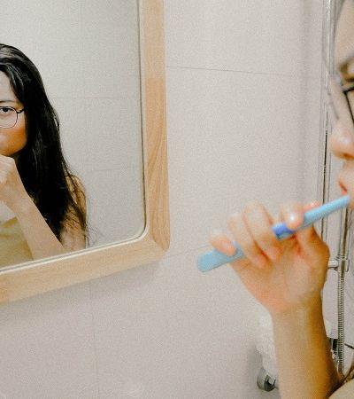 Vídeo explica por que a pasta de dente vem numa caixa de papelão e viraliza