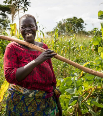 Como a permacultura está alimentando e capacitando refugiados em Uganda