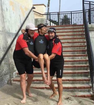 Experiência de quase morte faz surfista criar traje que permite que deficientes nadem
