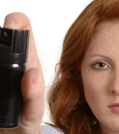 Projeto de lei quer permitir que mulheres tenham spray de pimenta e arma de choque