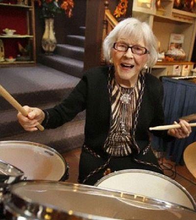 Esta baterista de 106 anos arrasa com as baquetas desde os 12 anos de idade