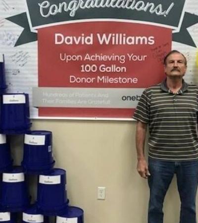 Ele celebrou o 100º galão de sangue após 22 anos de doação