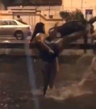 Vídeos hilários provam que não há dilúvio capaz de miar o Carnaval (e que o brasileiro é mesmo maravilhoso)