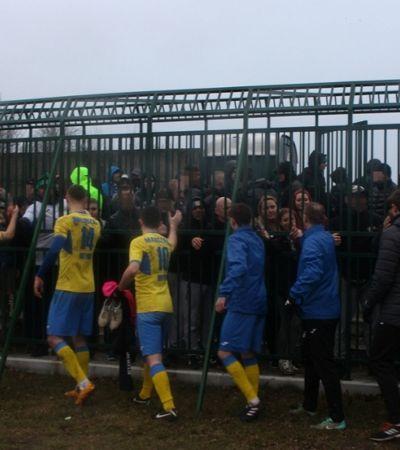 Torcedores visitantes são obrigados a assistir jogo em jaula na Polônia