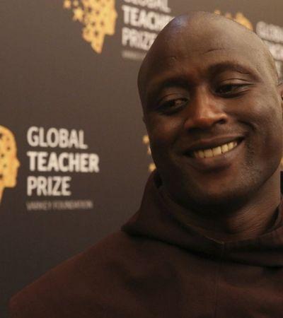 Queniano eleito melhor professor do mundo doa 80% do salário a quem não tem nada
