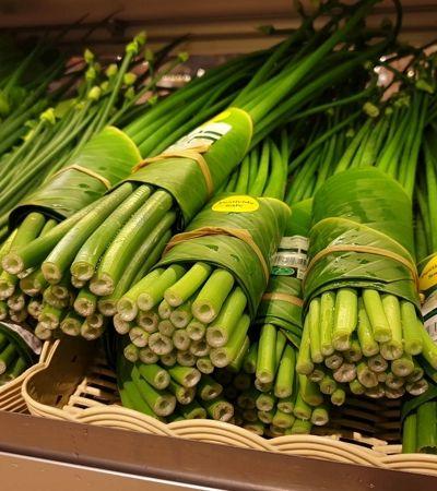 Mercado na Tailândia abandona plástico e faz embalagem com folhas de bananeira