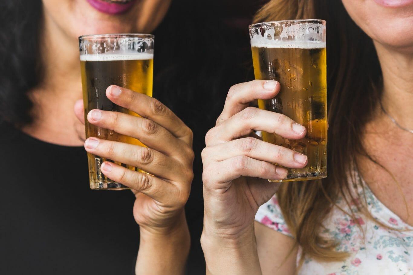 Duas mulheres bebendo cerveja