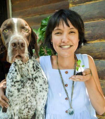 Brasileira cultiva índigo japonês para propagar a tradição do tingimento natural com azul anil