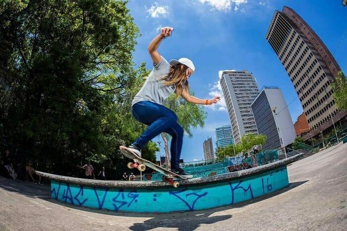 Jovem mulher andando de skate