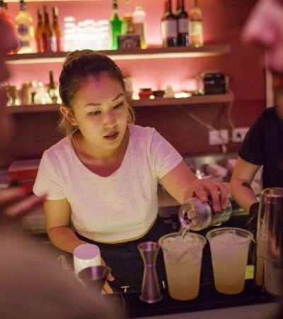 A Era das Barmaids: mulheres no bar falam sobre a conquista do trabalho atrás dos balcões