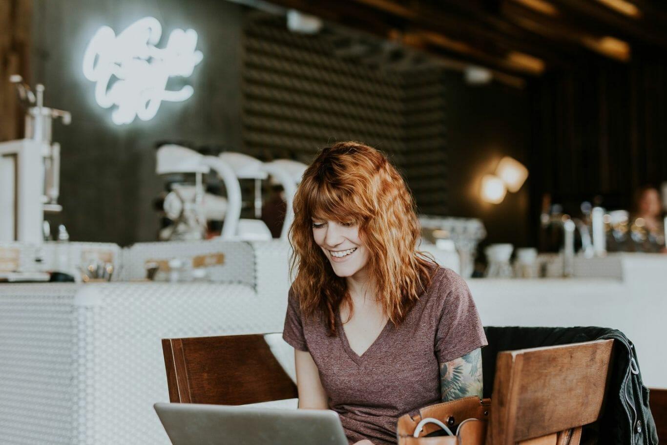 Mulher trabalhando no computador em um ambiente descontraído