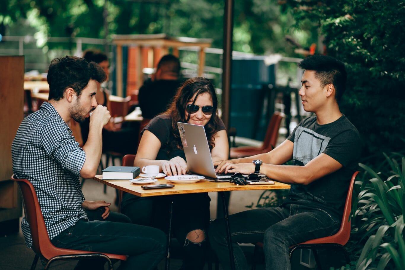 Grupo de jovens trabalhando juntos em uma mesa
