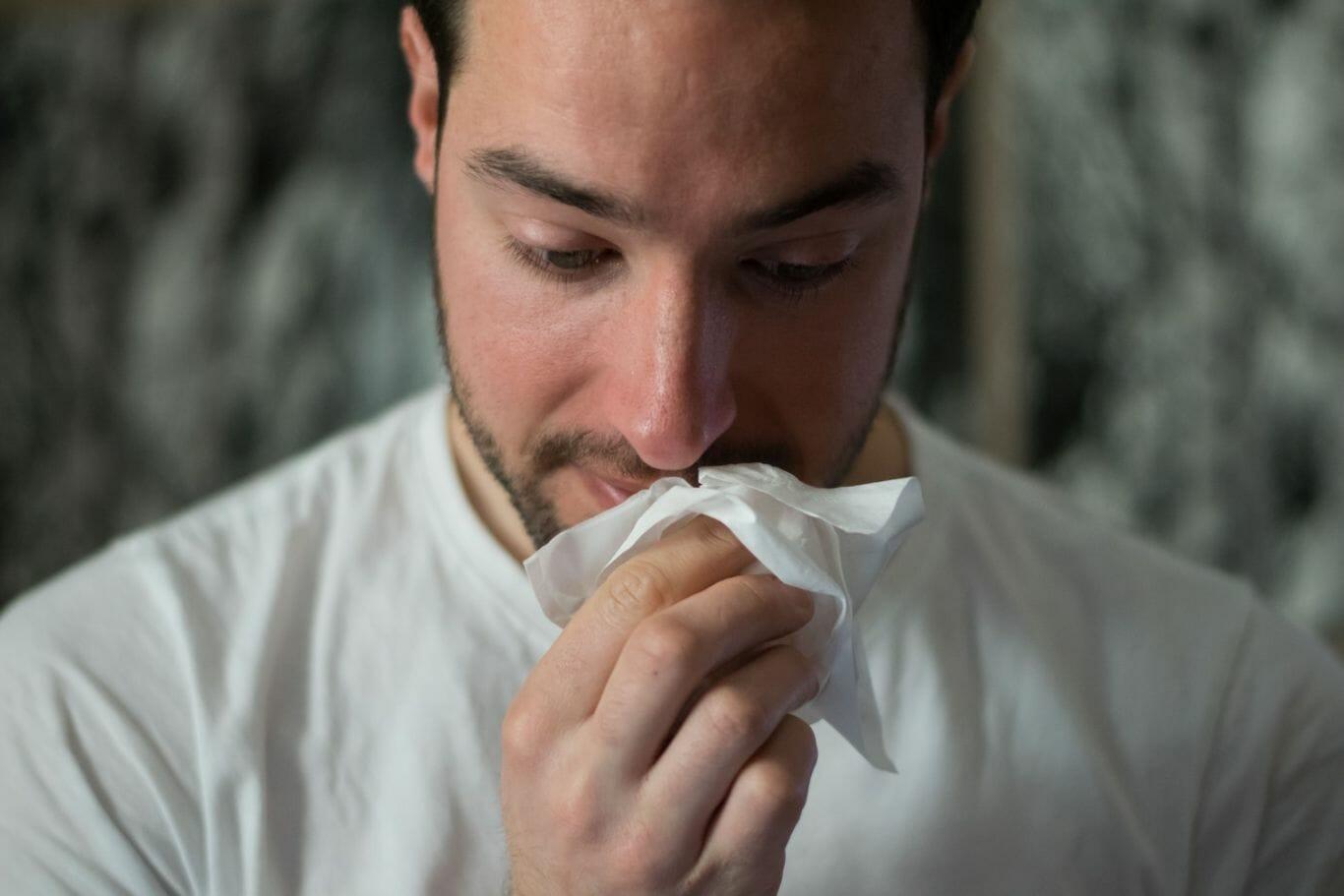 Homem usando lenço umedecido para limpar a boca