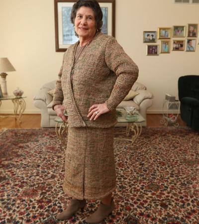 Senhora de 75 anos costura seu próprio terno feito de 300 sacolas plásticas