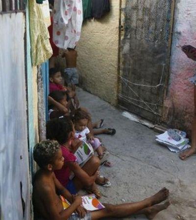 Menina de 11 anos dá aulas para outras crianças nos becos de comunidade, em Recife