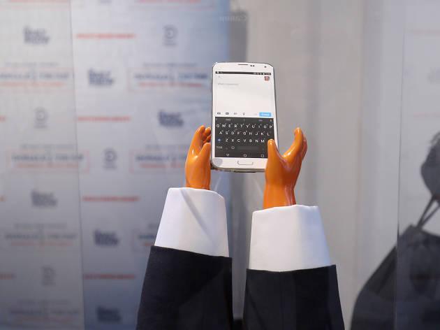 As mãos pequenas alaranjadas para escrever no Twitter