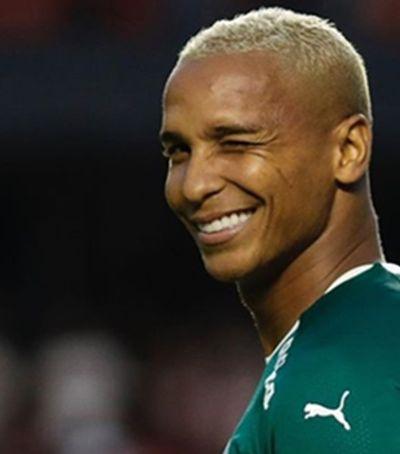Atacante do Palmeiras convida mulher que pedia dinheiro e filha para jantar com ele
