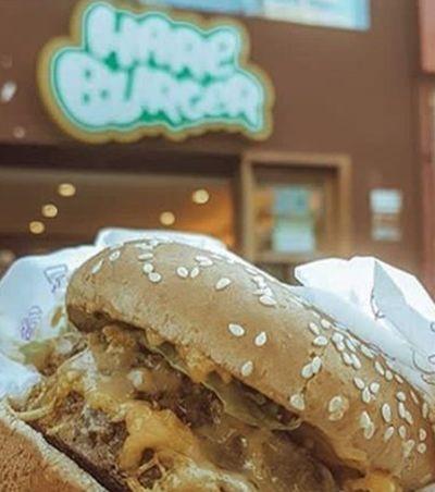 Cliente denuncia venda de carne na rede Hareburger; marca esclarece