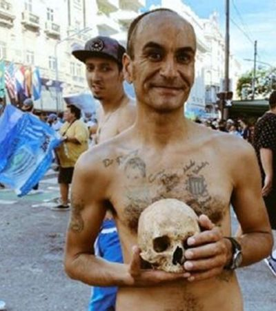 Torcedor celebra título do Racing com crânio de avô em Buenos Aires