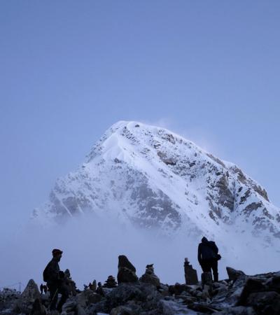Derretimento de gelo no Everest revela dezenas de mortos