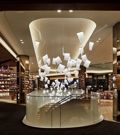 Esta livraria com uma decoração de papéis voadores é apenas sensacional