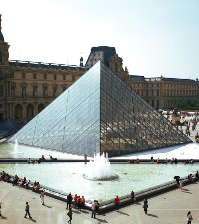 Obras de arte resgatadas em Notre Dame são transferidas para o Louvre
