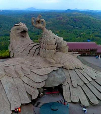 Artista indiano passa 10 anos esculpindo essa maravilhosa águia de 60 metros