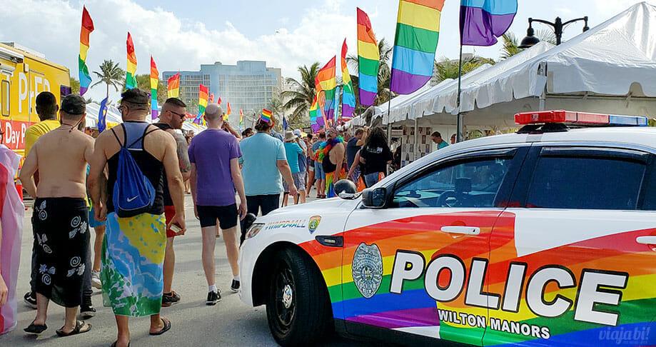 Carro da polícia de Wilton Manors, em Greater Fort Lauderdale, durante a Pride - Foto: Rafael Leick / Viaja Bi!