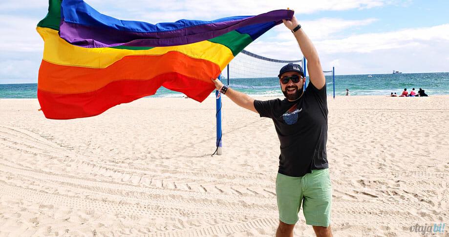 Com a bandeira LGBT+ na praia de Fort Lauderdale - Foto: Rafael Leick / Viaja Bi!