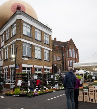 Para conscientizar sobre amamentação, Londres é invadida por seios gigantes