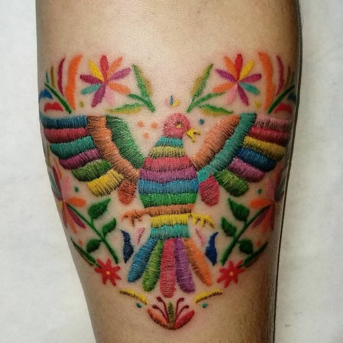 Tatuagem de pássaro colorido bordado na pele