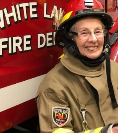 Vovó de 73 trabalha como bombeira voluntária para 'se sentir útil'
