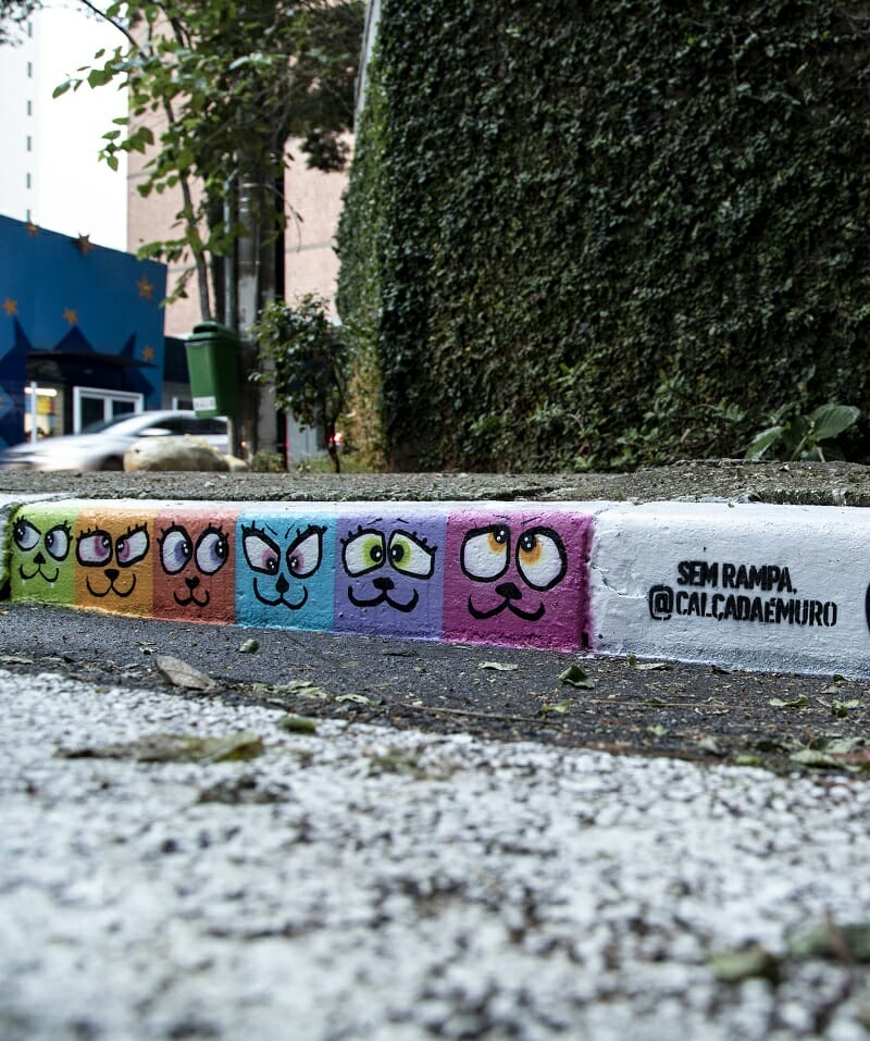 """Calçada com graffiti de gatinhos do projeto """"Calçada É Muro"""""""