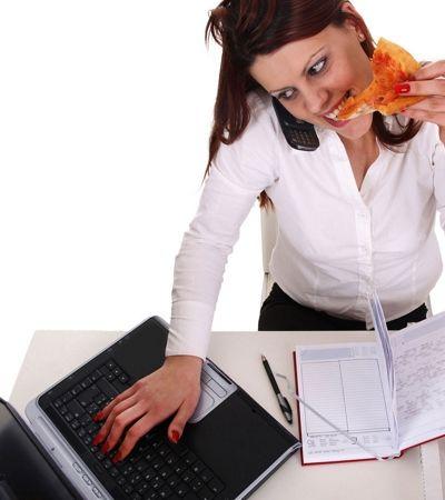 Comer quando se está estressado aumenta chances de engordar, afirma estudo