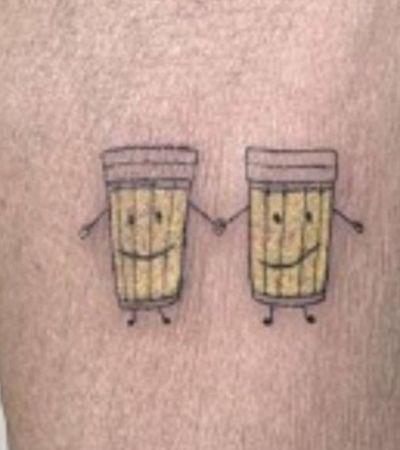 Para brindar os mais de 30 anos de amizade, amigas tatuam copos de cerveja