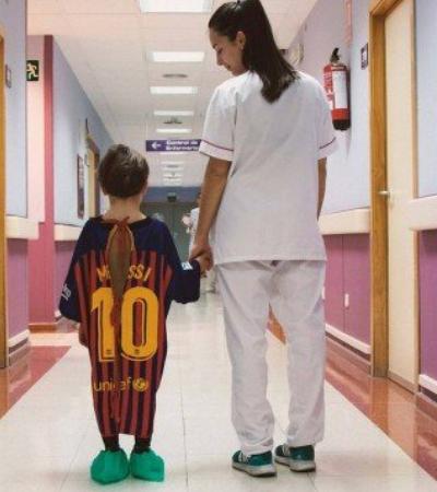 Hospital cria batas imitando camisas de times para crianças se sentirem melhor