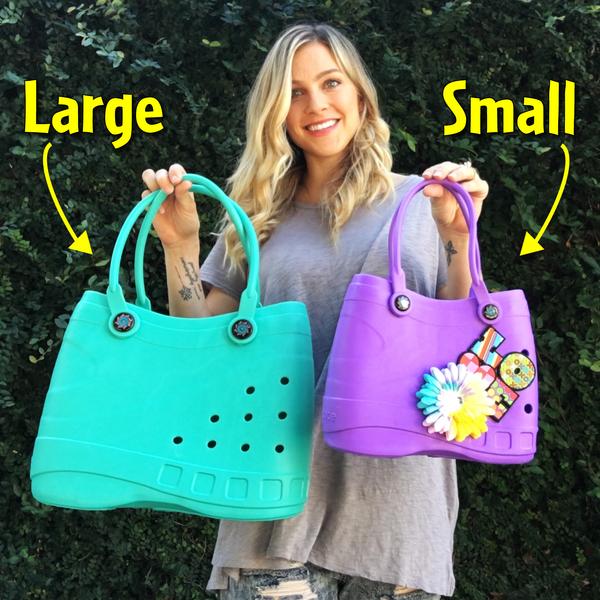 Mulher posa com duas bolsas crocs