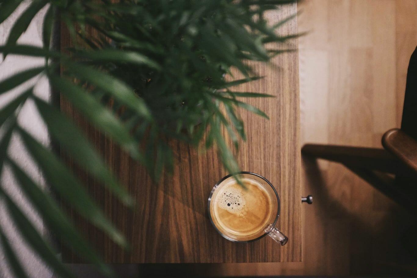 Xícara de café expresso sobre uma mesa de madeira