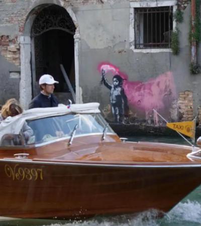Banksy passa por Veneza e deixa recado sobre crise dos refugiados e turismo predatório