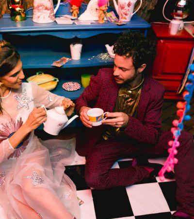 Através do espelho: casal faz festa de casamento inspirada em Alice no País das Maravilhas